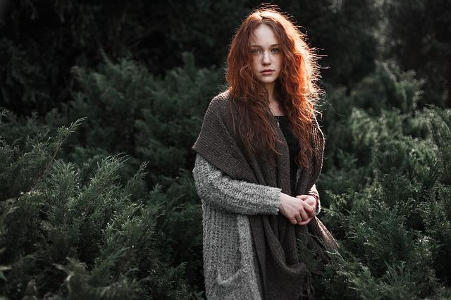 žena se zrzavými vlasy