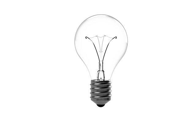 klasická zhasnutá žárovka na bílém pozadí